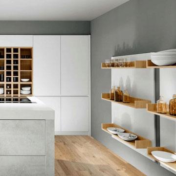 cuisine blanche bois et grise ouverte avec ilot tendance 2020 sans poignée et ensemble de niches bois chez cuisine design Toulouse