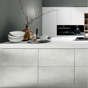 cuisine blanche bois et grise ouverte avec ilot tendance 2020 sans poignée effet push pull chez cuisine design Toulouse
