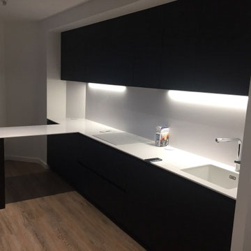 cuisine noire , bois et blanche avec ilot ensemble design et épuré par cuisine design Toulouse