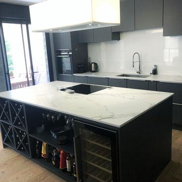 cuisine interieur design Toulouse cuisine moderne grise mate plan dekton avec cave à vin et armoires