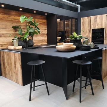 cuisine  bois et noire nouveauté et tendance 2019 2020 haut de gamme avec ilot avec cuisson et hotte intégrée au plan de travail et évier chez cuisine design Toulouse