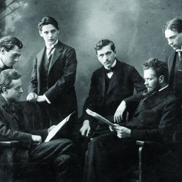 Bartók junto a Kodaly, ambos sentados.
