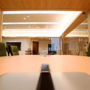 会議室から応接スペースを見る。
