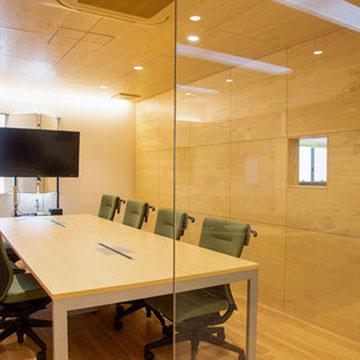 応接スペースの奥は会議室。ガラス張りは風通しのいい社風の象徴です。