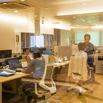就業時間中のオフィス。コミュニケーションも業務の一環。
