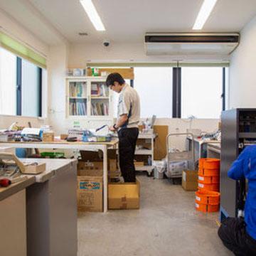 2階作業室。主に電気制御の設計・作業を行います。