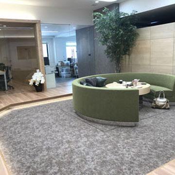 新社屋自慢のロビー兼応接スペース。社員同士の打ち合わせにも日常的に使用しています。