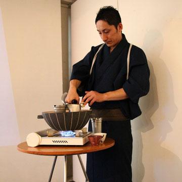 大土鍋で燗をつける五島さん Phot by Kye Kagawa