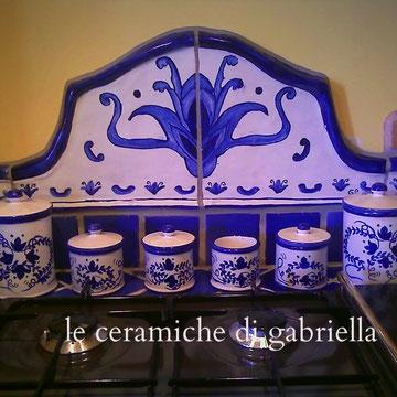 pannello in ceramica fatto a mano per cucina in muratura ,su ordinazione con barattoli coordinati per la cucina
