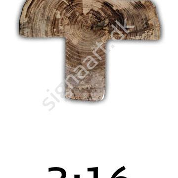 P3 40x60cm  Da dette kors blev lavet, opdagede vi et lille hjerte i træet (lige over 'r' i vandmærket). Derfor fik det skriftstedet 3.16 under sig, som henviser til Joh 3.16, som også kaldes den lille Bibel.