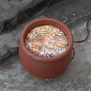 pots of india, Tonkrug mit Leuchtkasten, 2012