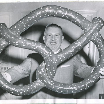 "refG49 - 15,5x23cm -   ""outsized bretzel""  Presse: tampons united press telephoto et  article au dos  - 1958 - 3/5"