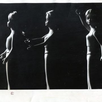 """refG06 - 20,5x25,5cm - """"barbie breasts""""  Presse: tampons, légendes et article au dos, photographe Stephanie JAMES-  1975 - 4/5"""