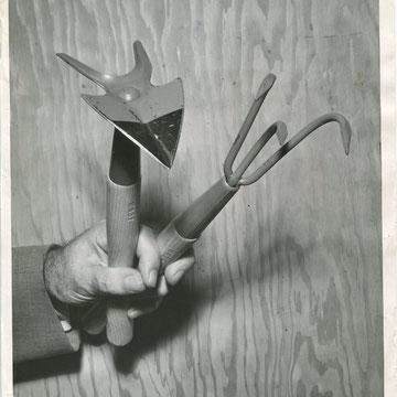 """refG48 - 20,5x25,5cm - """"garden tools""""  Presse: tampon et tapuscrit au dos - photographer: Bob Kotalik - 1955 - 3/5"""