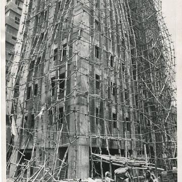 "refG216 - 18x23cm  - ""Bamboo scaffolding "" - Presse: tampons field enterprise, inc. et associated presse; légende tapuscrite au dos - 1972 - 4/5"