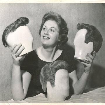 "ref G28 - 21,5x23,5cm -  ""Wigs"" - Presse: tampon, article au dos, photographe: Gekler - 1960 - 4/5"