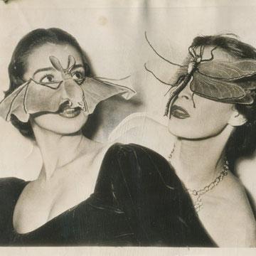 SOLD                         «Masques de chauve-souris, Fernand AUBRY coiffeur visagiste, Paris  » presse: tampons, article / 1950 - 3/5