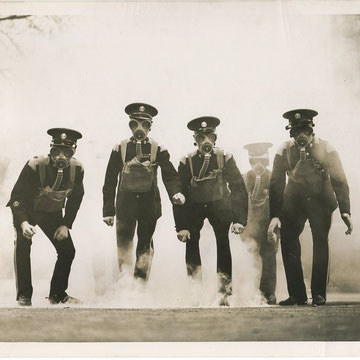 "refG201 - 15x20,5cm  - ""the gas squad of the legion"" - Presse: fox photos london - légende et tampon au dos - 1935 - 4/5"