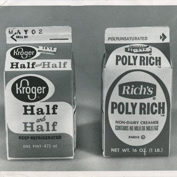 "refG55 - 20,5x25,5cm -  ""Milk ""  Presse: tampon et article au dos - photographe GLADWELL - 1978 - 4/5"
