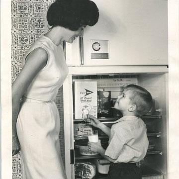 "refG38 -  20,5x25,5cm -  ""milk dispender"" presse: tampon daily news et article au dos - 1964  - 4/5"
