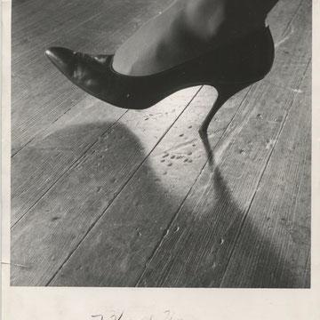"""ref G19 - 20,5x25,5cm - """"Women shoes: spike heels"""" - Presse: tampon  article tapuscrit au dos - 1963 - 3/5 :dechirure sans gravité de 2cm  en bas à gauche"""