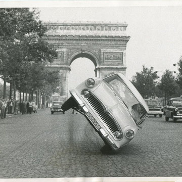 "refG209 - 18x23cm -""wheeling and dealing, driver jean sunny Paris""  - Presse: tampon  et article au dos - 1959 - 4/5"