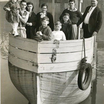 "refG205 - 23,5x21,5cm  -  ""the satko family aboard their ark"" - Presse: article et tampon au dos - 1940 - 5/5"