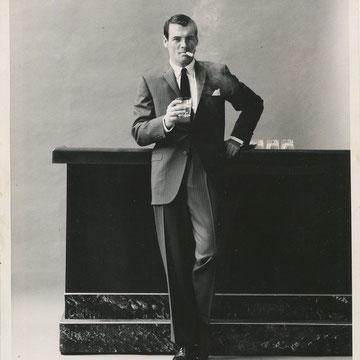 "ref G07 - 20,5x25,5cm  ""Cigar Boom""  - Presse: tampon et article au dos - 1965 - 4/5"