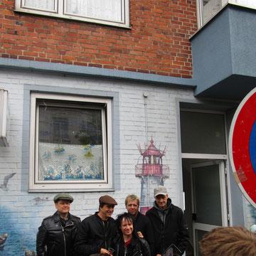 Die Toten Hosen vor dem Laden von Hanni Fischmann in Kiel