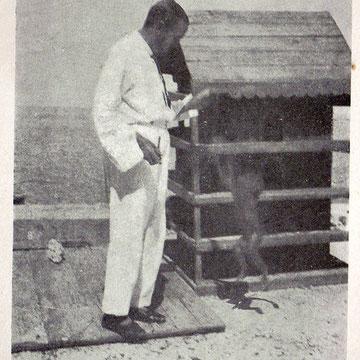 John Philby sur le toit de son palais de Djeddah - Photographié par Xavier de Hauteclocque (Le Turban Vert, 1930).