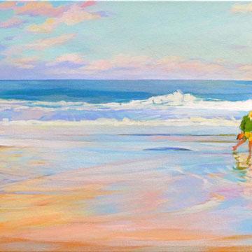 Hombre paseando en la orilla de la playa del Sardinero. Santander.