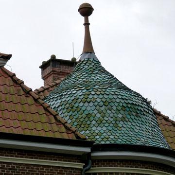 historisches Türmchen mit wiederverwendeten glasierten Bieberschwanz Ziegeln