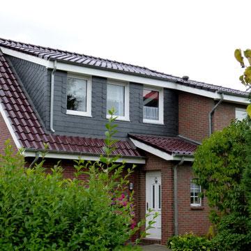 glasierte Dachziegel mit Gaubenverkleidung in Naturschiefer