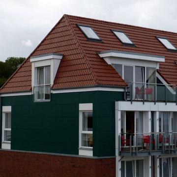 Dachfläche mit Eindeckung aus Metall, Fassadenverkleidung aus großformatigen Fassadentafeln