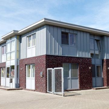 Bürogebäude mit Fassdenverkleidung aus Zinkblechen in Stehfalz