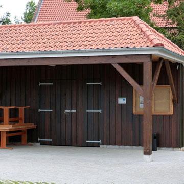Lagergebäude mit Mörtelfirsten und Holzverkleidung