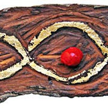 """""""doppio otto"""" incisione su pezzo di legno di mare con foglia oro e nocciolo di ciliegio colorato di rosso cm16x5"""