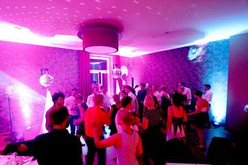 als DJ in Leipzig für Hochzeiten, Events und Abibälle im Mückenschlösschen auf einer tollen Party mit schicker Beleuchtung.