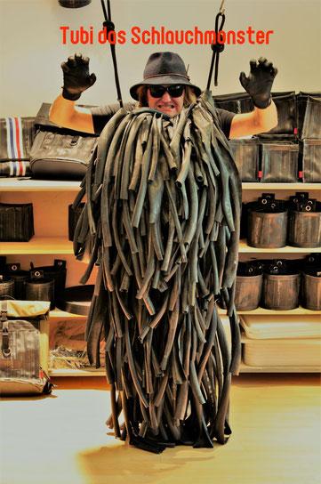 Neuer Leiter der Abteilung Zuschnitt des Berliner Uternehmens Stef Fauser Design wird TUBI das Schlauchmonster. Foto: Stef Fauser Design/Personalabteilung