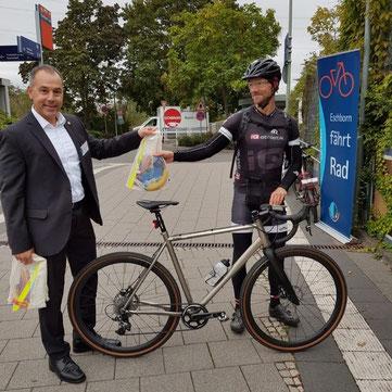 Der Bürgermeister von Eschborn Adnan Shaikh und Sportwissenschaftler Andreas Wagner von iQ athletik