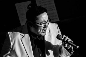 Hanjo singt leidenschaftlich (s/w)
