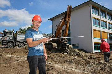 Mit dem Metermaß in der Hand: Bauleiter Manfred Raff von der Stadtverwaltung Stockach auf der Baustelle für den neuen Schulverbund. Zurzeit wird der Baugrund geräumt und der Aushub vorbereitet. | Bild: Georg Becker