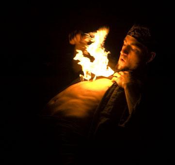 Feuershows buchen für Hochzeit, Firmenfeier Events. Feuerkünstler Fuego Diavolo aus dem Allgäu.