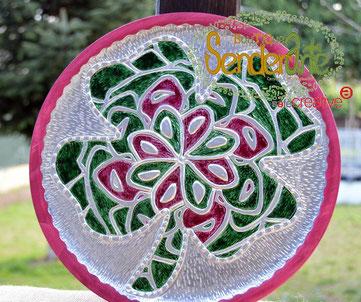 Motivo decorativo de pared, circunferencia de 30cm, de madera de pino teñida en rosa fucsia. Trébol repujado en estaño, con relieves y pintado a mano en tonos rosa y verde. – 150€