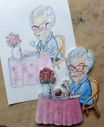 Entwurf und fertige Magnetfigur. Eine Oma sitzt am runden Tisch mit rosa Tischdecke, der liebevoll mit Blumen, Kerze gedeckt ist und trinkt Kaffee und isst ein Stück Kuchen.