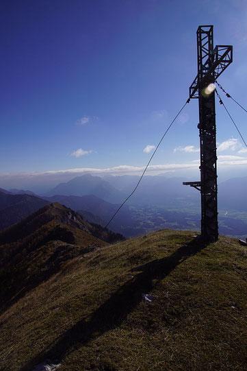 Vom Hauptgipfel der Blick zurück nach Osten mit dem Dobratsch im Hintergrund