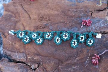 Bracelet de coton vert mélangé avec des rocailles de Bohême blanches, pour une touche printanière, tonifiante, rafraichissante à vos poignets.
