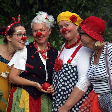 """Die Schweriner Klinikclowns Rosina, Fine, Kiki und Trine posieren zum Foto für """"Die Nasen"""" im Garten."""