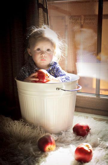 Foto eines Kindes mit dem Apfel