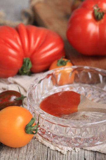 Tomaten und Ketchup auf einem Löffel